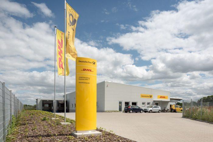 Grauer Gewerbebau für DHL und Deutsche Post