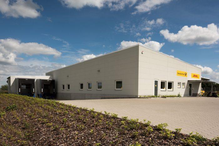 Grauer Hallenbau für DHL und Deutsche Post