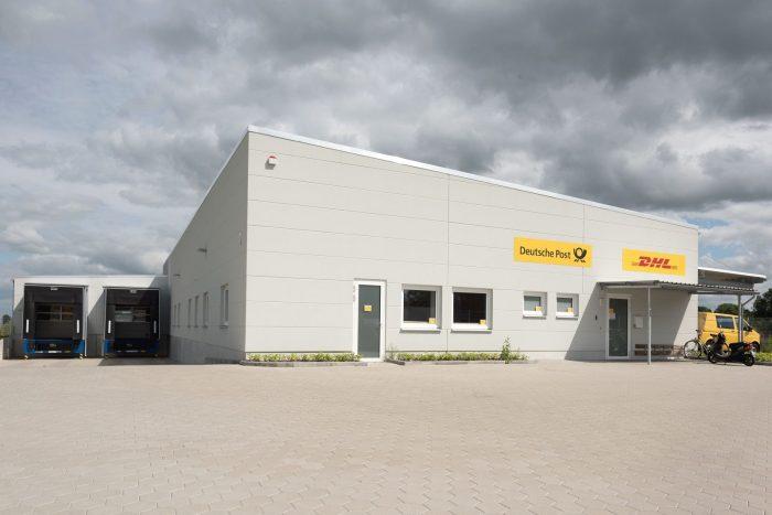Frontansicht von Lagerhalle für DHL und Deutsche Post