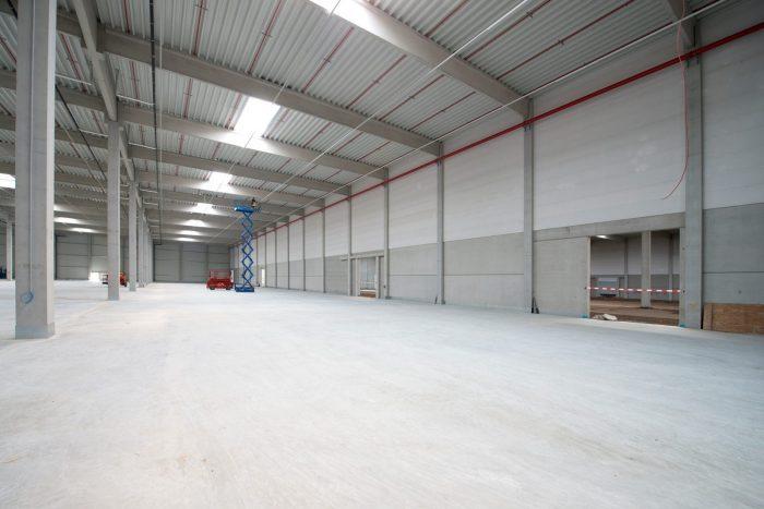 Innenansicht von großer, leerer Lagerhalle mit Brandschutzwänden