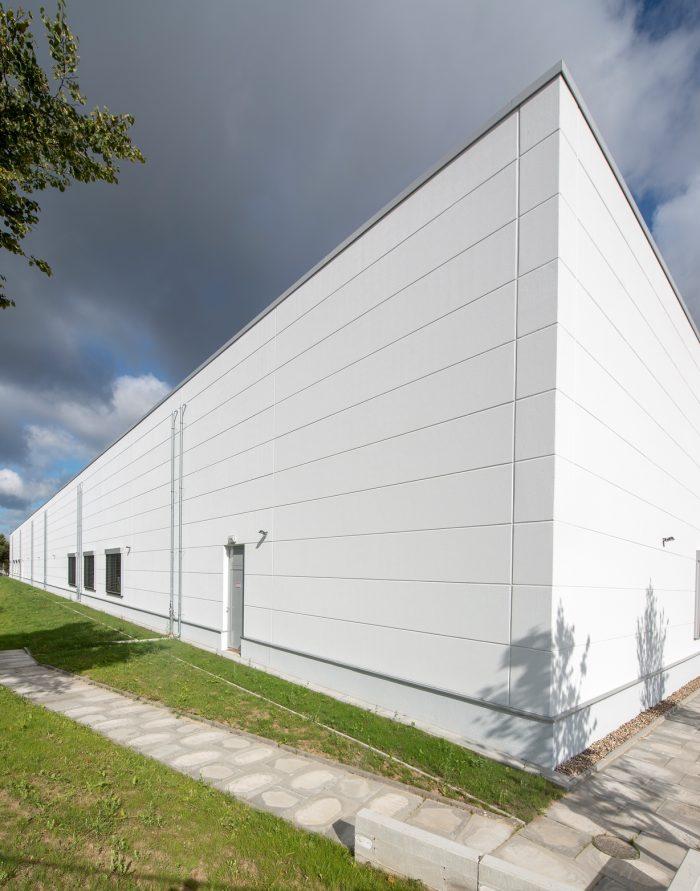 Massive weiße Wandplatten an Sanacorp Halle in Bad Segeberg