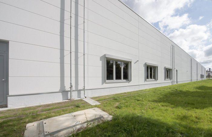 Weiße Wandplatten an Sanacorp Hallenrückseite in Bad Segeberg
