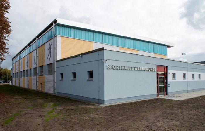 Sporthalleneingang mit gelben Wandplatten in Warnemünde