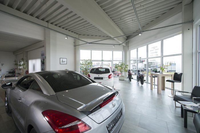 Innenansicht Verkaufshalle von Peugeot