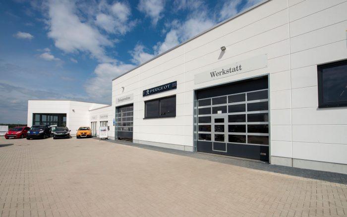 Verkaufshalle und Werkstatt von Peugeot