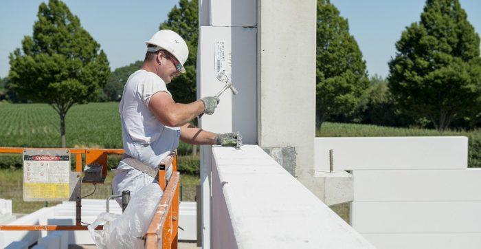 Arbeiter beim Befestigen von Wandplatten