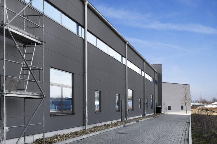 Graue Wandplatten an Rückseite vom Hallenbau Lübeck
