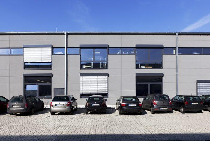 Frontansicht Hallenbau Lübeck mit Wandplatten