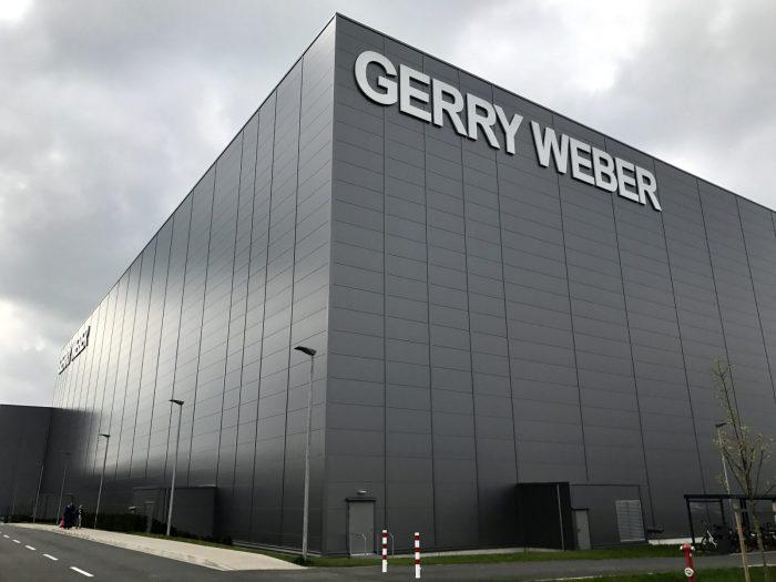 Großer Hallenbau mit grauen Wandplatten von Gerry Weber