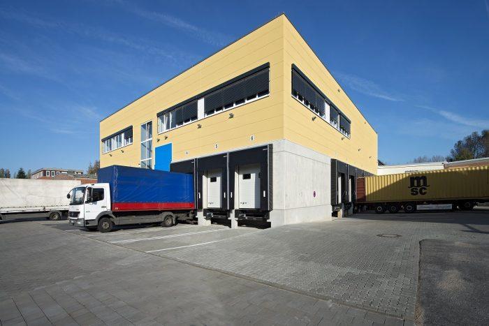 LKW's an Beladungsstelle mit gelben Wandplatten