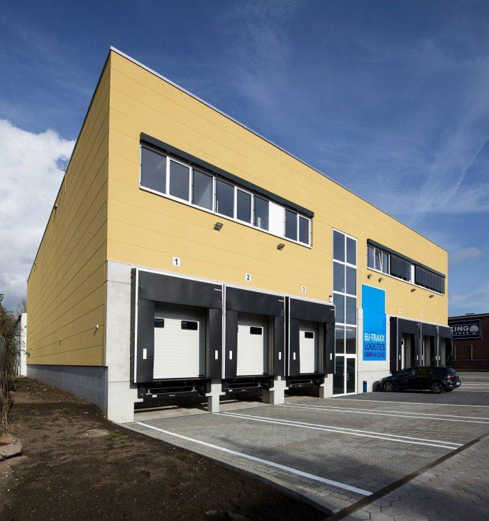 LKW-Beladungsstelle EU-Traxx mit gelben Wandplatten