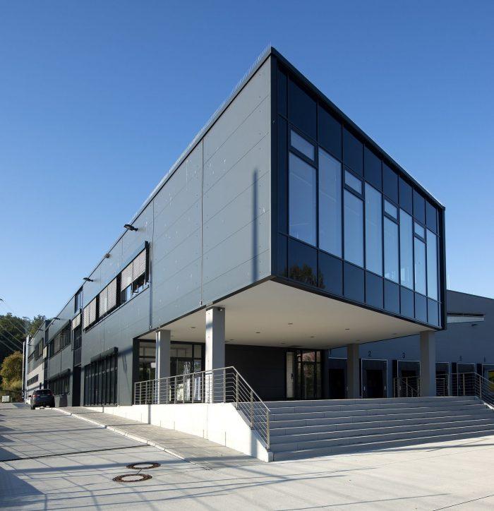 Schwarzgraue Halle mit Glasfront