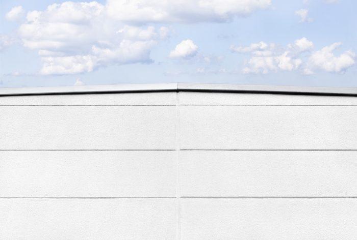 Dachspitze mit Wandplatten und Himmel