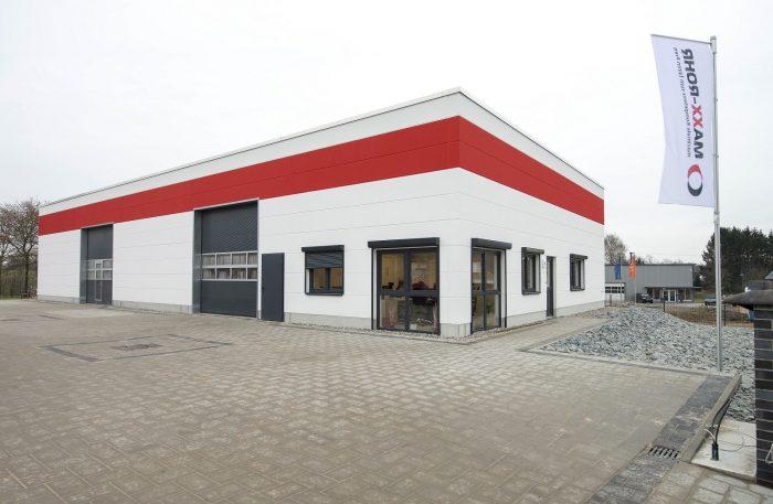 Frontansicht Maxx-Rohr Hallenbau mit roten und weißen Wandplatten
