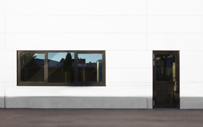 Nahaufnahme Eingang Vosschemie mit weißen Wandplatten