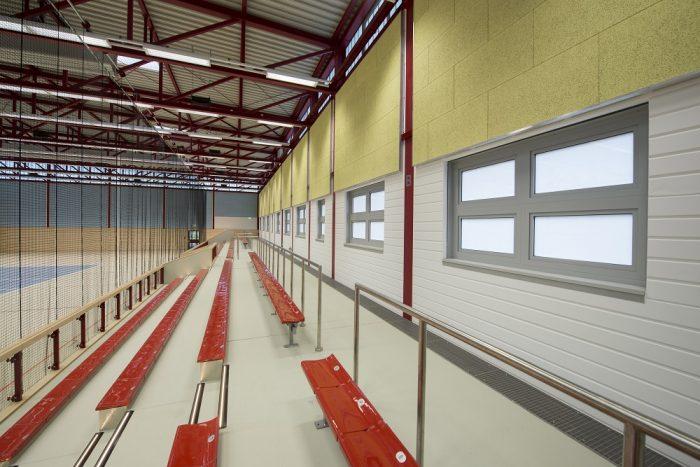 Innenansicht von Sporthallen Tribüne in Warnemünde