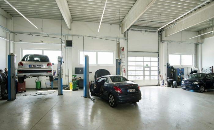 Innenansicht Werkstattshalle von Peugeot