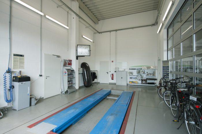 Innenansicht Werkstattshalle mit Hebebühne von Peugeot