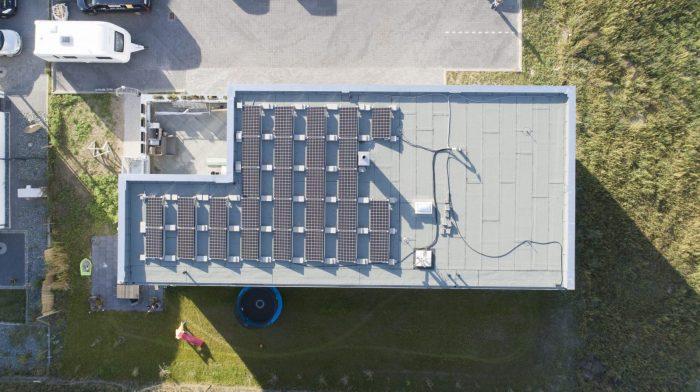 eletek Vogelperspektive auf Hallenbau mit Solar und Dachplatten